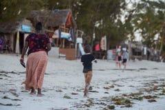 Mutter mit ihrem Sohn Tourismus von Afrika stockbild