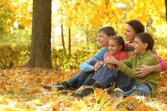 Mutter mit ihren Kindern Lizenzfreie Stockbilder