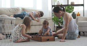 Mutter mit ihren Kindern, die Spaß haben stock video