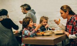 Mutter mit ihren Kindern isst Spaghettiteigwaren stockfoto