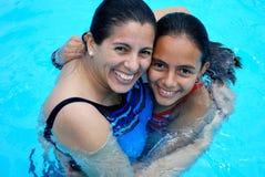 Mutter mit ihrer schönen Tochter im Pool. Stockfotos