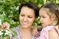 Mutter mit ihrer Tochter stockbild