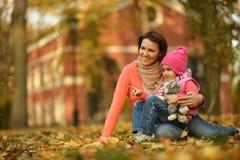 Mutter mit ihrer Tochter Lizenzfreie Stockfotos