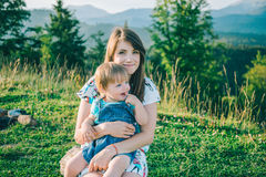Mutter mit ihrer Tochter auf ihren Knien Stockfotografie