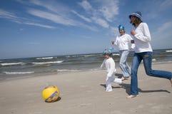 Mutter mit ihrer Tochter, die auf dem Strand spielt Lizenzfreies Stockfoto