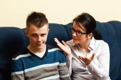 Mutter mit jugendlichem Sohn Lizenzfreies Stockbild