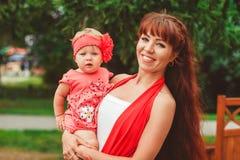 Mutter mit Kind auf Händen stockfotografie