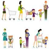Mutter mit Kind in einem Supermarkt/in einem Vektor/in einer Mutter mit Baby Stockfotos