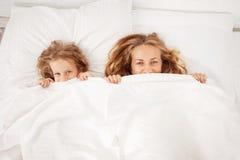 Mutter mit Kind im Bett Lizenzfreie Stockfotos