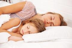Mutter mit Kind im Bett Stockfotografie