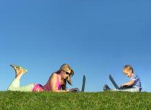 Mutter mit Kind mit Notizbüchern auf Grascollage Stockbild