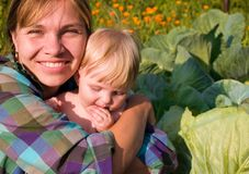 Mutter mit Kind sitzen Lizenzfreies Stockbild
