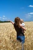 Mutter mit Kind am Weizenfeld Lizenzfreies Stockfoto