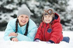 Mutter mit Kinderjungensohn am Winter Stockbild