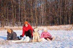 Mutter mit Kindern und Hund im Winter Stockbild