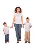 Mutter mit Kindstandplätzen Lizenzfreie Stockfotografie