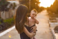 Mutter mit kleinem Sohn Lizenzfreie Stockfotos