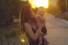 Mutter mit kleinem Sohn Stockbilder
