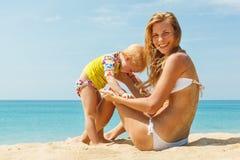 Mutter mit kleiner netter Tochter lizenzfreie stockbilder