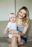 Mutter mit kleiner Tochter Lizenzfreies Stockfoto