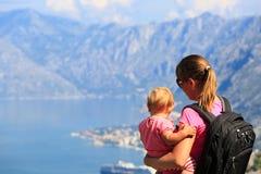 Mutter mit kleiner Tochterreise in den Bergen Stockbilder