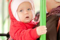 Mutter mit Mädchenreiten durch Bus Stockbilder