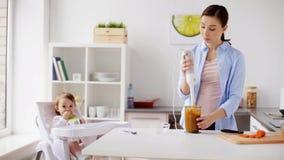Mutter mit Mischmaschine Säuglingsnahrung zu Hause kochend stock video footage