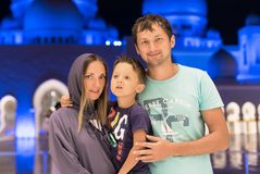 Mutter mit nettem Sohn und dem Vater, die an der großartigen Moschee von Sheikh Zayed Mosque in tragendem abaya Abu Dhabis, paran Stockbilder
