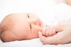 Mutter mit neugeborenem Schätzchen lizenzfreie stockfotografie