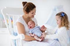Mutter mit neugeborener Baby- und Kleinkindtochter lizenzfreie stockbilder