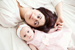 Mutter mit neugeborener Tochter Stockfotos