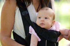 Mutter mit Säuglingsbaby im Riemen lizenzfreies stockfoto