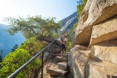 Mutter mit Säuglingssohn-Besuch Yosemite Nationalpark in Californi lizenzfreies stockbild