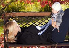 Mutter mit Schätzchen Lizenzfreie Stockfotos