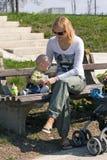 Mutter mit Schätzchen Stockfoto