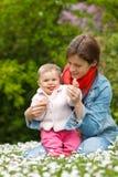 Mutter mit Schätzchen im Park Lizenzfreie Stockfotos
