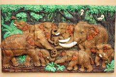 Mutter mit Schätzchen (Kalb) nahe dem Stamm der Kokosnusspalme Stockbild