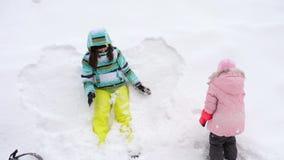 Mutter mit Schneebällen eines dreijährigen Tochterspiels stock video footage