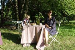 Mutter mit seinem Sohn bei Tisch Lizenzfreie Stockfotos
