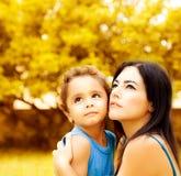 Mutter mit Sohn stockfotografie