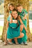 Mutter mit Sohn-ADN-Tochter auf einem Weg im Park Lizenzfreie Stockfotos