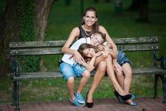 Mutter mit Sohn-ADN-Tochter auf einem Weg im Park Lizenzfreie Stockbilder