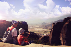 Mutter mit Sohn auf Berg Stockfotografie