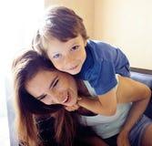 Mutter mit Sohn, glückliche Familie zu Hause stockfotografie