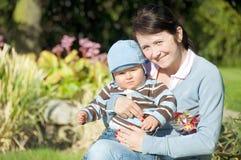 Mutter mit Sohn im Park Lizenzfreies Stockfoto