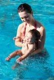 Mutter mit Sohn im Pool Stockbild