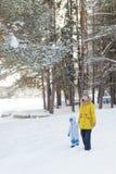 Mutter mit Sohn im Winter Lizenzfreies Stockbild