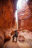 Mutter mit Sohn wandern in Bryce-Schlucht Nationalpark, Utah, USA lizenzfreie stockfotografie