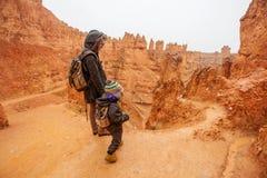 Mutter mit Sohn wandern in Bryce-Schlucht Nationalpark, Utah, USA stockbild