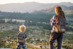 Mutter mit Sohnbesuch Yosemite Nationalpark in Kalifornien lizenzfreies stockbild
